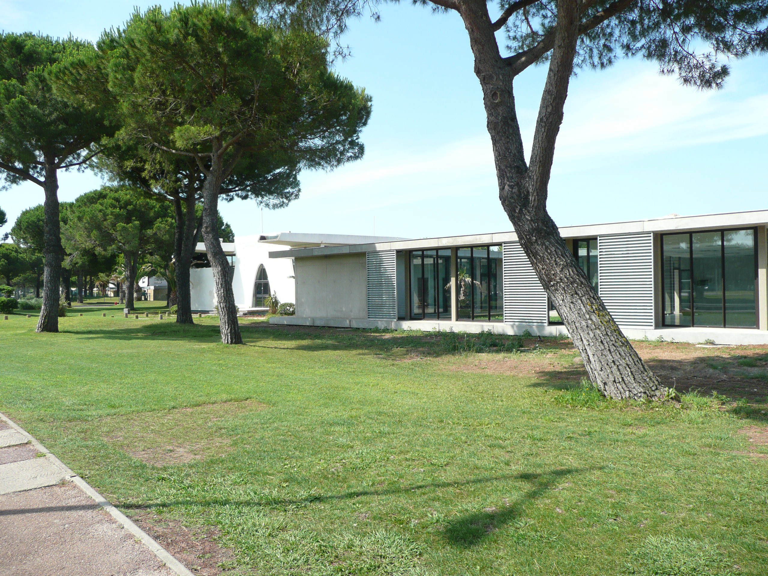 Carrefour 2000 rénovation et construction au Grau-du-Roi par l'agence ABH